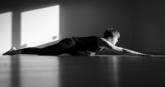 Photo d'une professeure dans une posture d'Hatha Yoga