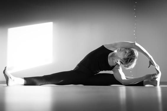Carine est également certifiée en Yoga Iyengar pour enseigner