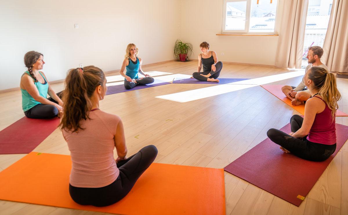 Initiation au Yoga avec un professeur certifié et ses élèves débutants